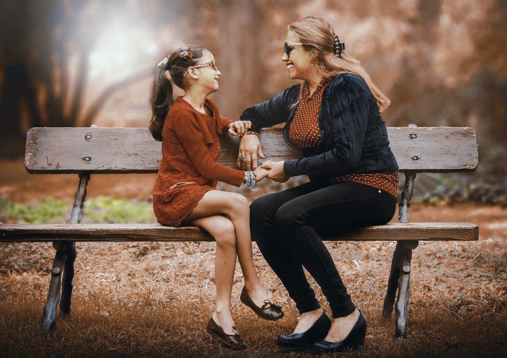 mor og datter på bænk
