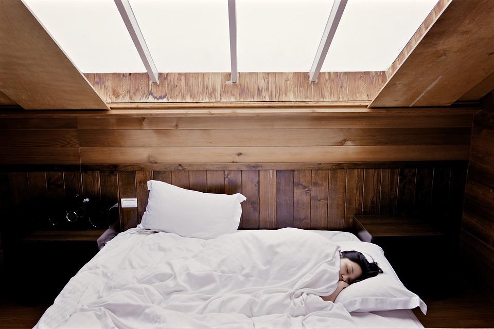 sover under vindue